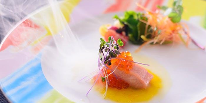 カラフルな丸皿に盛られた魚といくらの料理