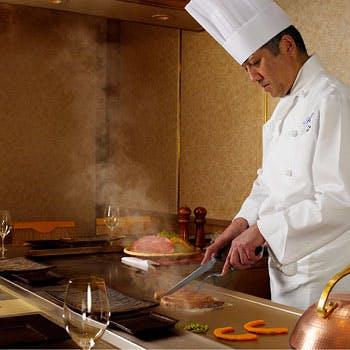 目の前でシェフが焼き上げる厳選食材を個室で贅沢に