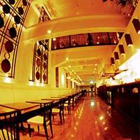 アジアのリゾートレストランをイメージして作られた店内は吹き抜けの開放的な空間