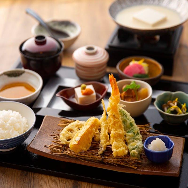 【豆乳出汁の美人豆富と天婦羅御膳】上握り寿司3貫、小鉢3種など全6品