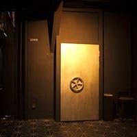 金庫のような扉の中は、まさに大人の隠れ家
