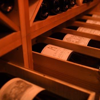 ソムリエ厳選のワインを堪能。お好みや料理に合わせてご提案いたします。