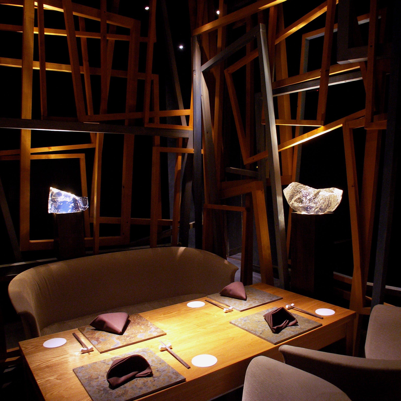 西麻布にひっそりと佇む大人の空間で、遊び心溢れる『楽しい料理』をご堪能ください。