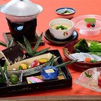 四季折々の食材を使用した繊細で色彩豊かな料理