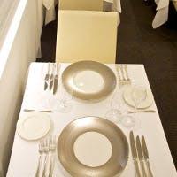 白を基調とした清潔感あふれるモダンな空間で格別なフレンチを
