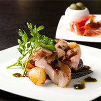 西洋料理をベースにしたビストロ風レストラン&バー