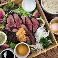 厳選された肉料理や、自慢の出汁を使用した料理