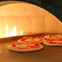 本格石窯で焼くもちもち具沢山のピッツァなど、絶景と共にお楽しみください