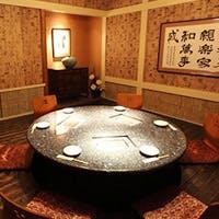 韓国の古民家をイメージした、温かみあるモダンな店内