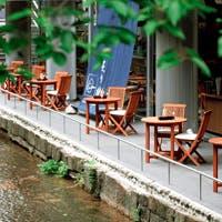 高瀬川沿いの開放的な空間でシックでお洒落なひと時をお楽しみください
