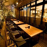 心斎橋駅徒歩1分。個室や大型ソファー、テラスを含め100席を超える店舗です