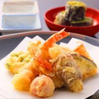 目の前でカラリと揚げたての天ぷらが味わえます