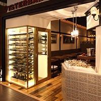 入口脇の特注シャンパンセラーに並ぶシャンパーニュを中心にワイン100種類以上