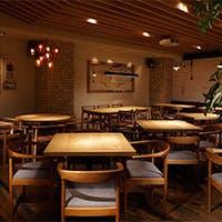 柔らかい雰囲気が心地いい、木目調でコーディネートされた店内