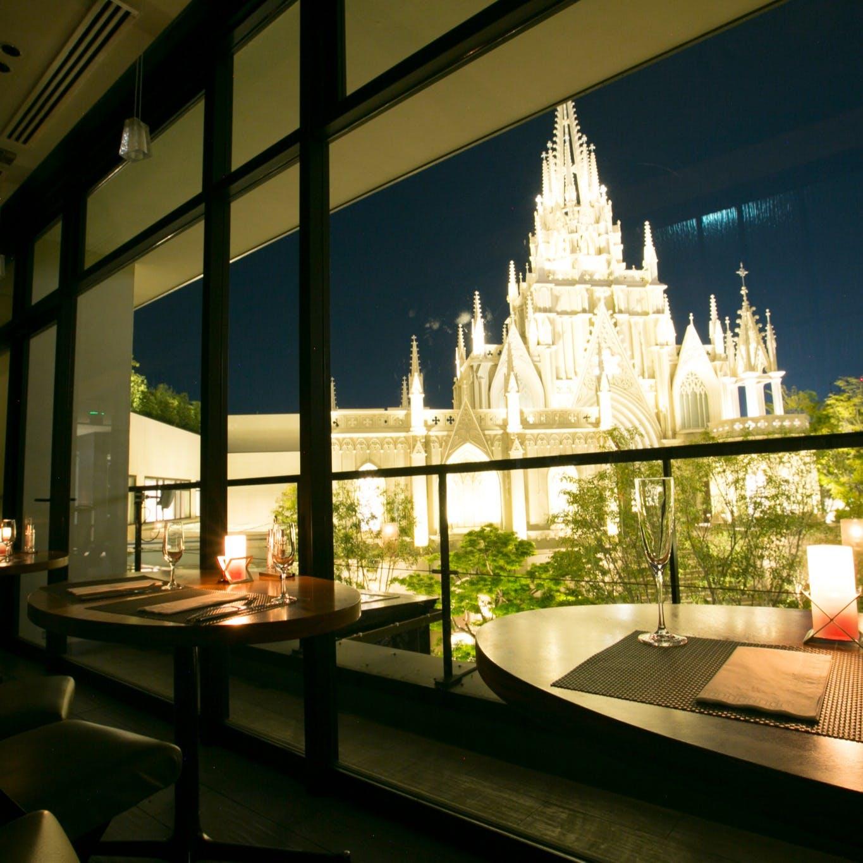 カップルシートでは、ロマンティックな大聖堂を眺めながら