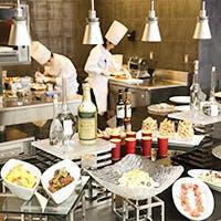 オープンキッチン付きの店内は白が映えるヨーロピアンテイストの開放的な空間