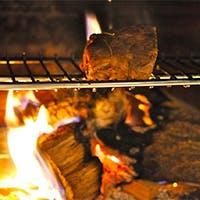 薪で焼き上げる肉料理の美味しさが堪能できます
