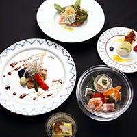 季節に合わせて選ばれた様々な食器は、料理と相まって芸術作品に