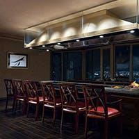 ホテル最上階から大阪の夜景を望む大人の空間
