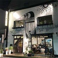 巨大な鳥のイラストが目印の隠れ家的な一軒家レストラン