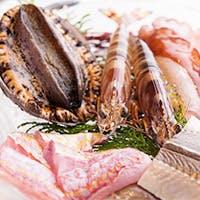黒毛和牛の中から選び抜いた極上のお肉と新鮮な旬の魚介類を鉄板焼でお楽しみ下さい