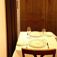 17世記フランス古城のドアがゲストをお出迎え。12席という限定された大人の空間