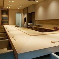 檜の一枚板を使用したカウンター席で、贅沢で上質な時間を