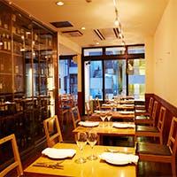 銀座にある地中海の青と白をイメージした空間が特徴的な一軒家レストラン