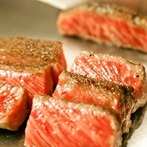 鉄板焼一筋30年間のシェフを筆頭に6名のスペシャリストが最高の御料理を提供します
