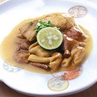 伝統的な日本料理の枠にとらわれず、舌の肥えた年配客が足繁く通う高級割烹