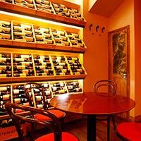 1300種のワインを最高の状態で常備する圧巻のワインセラー