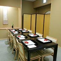 京の伝統的な数寄屋造りの店内に大小様々な個室