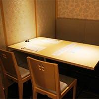 料理長との会話も弾む居心地のいい広々としたカウンター席などを完備