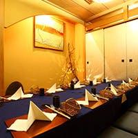 雰囲気の良い室内で日本料理とフランス料理の究極コース料理がご堪能いただけます