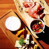 こだわり食材を使用した料理メニューと夜はカフェバーとしてアルコールメニューも充実
