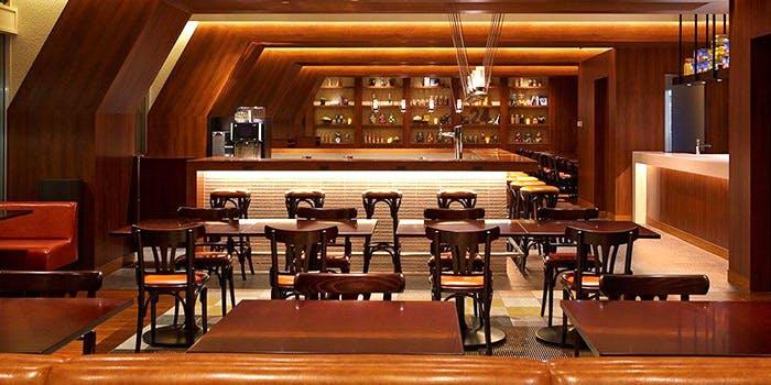 夜カフェ 東京 おすすめ 贅沢 時間 デート カフェレストラン24 店内 雰囲気