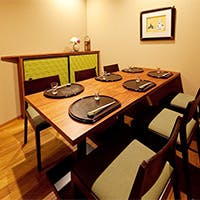 一流の料理人の技を愉しめるカウンター席と上質な個室