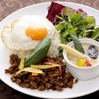たくさんの野菜や海老、そして鹿児島産黒豚の旨み。濃厚な味わいが感激な鍋料理