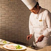 バラエティ豊かな料理、季節替わりのメニューをお楽しみください