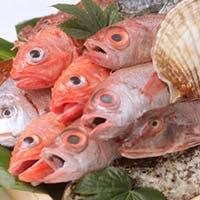 季節の美味しい野菜や新鮮な魚介など、厳選された食材を炉端焼きで