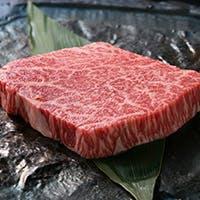 特選佐賀牛と、宮崎牛を中心としたこだわりの国産黒毛和牛をお店でさばいてご提供