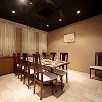 広々とした開放感のあるテーブル席やプライベートシーンに嬉しいシックな個室