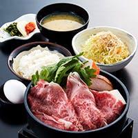 鉄板焼きのステーキのほか、すき焼き・しゃぶしゃぶ・鍋料理コースに舌鼓