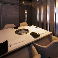 タイル貼で清潔感のある空間 ゆったりと寛げる広々としたお席をご用意しております
