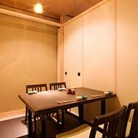 周りに気兼ねなく食事が楽しめる、落ち着いた雰囲気の完全個室は接待や各種ご宴会に