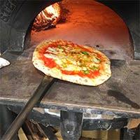 ナポリから取り寄せた薪窯で焼き上げる本格ナポリピッツァに舌鼓