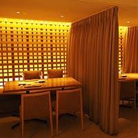 各テーブルの間にはカーテンを設置し十分な席間隔を確保