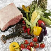 最高級和牛と旬の魚介類や旬の野菜をシェフがさばき、鉄板で焼く音も鉄板焼の醍醐味です