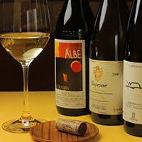 こだわりの旬の食材を使った料理とソムリエ厳選のワインをお楽しみください