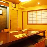 板前の職人技と会話を愉しむカウンター席と、ご接待にも相応しい個室をご用意